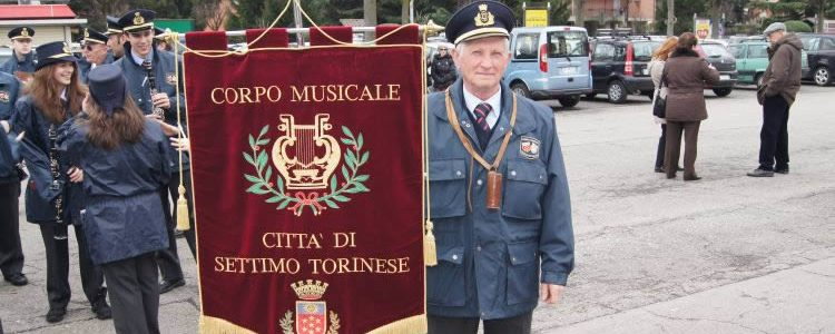 Picchetto d'onore e banda per il funerale del portabandiera Giuseppe Aldegheri